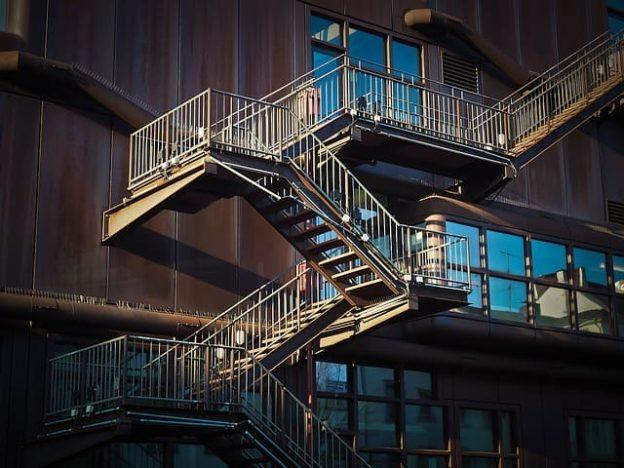 Противопожарные или эвакуационные лестницы из металла